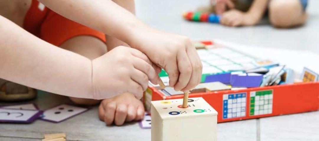 Sur quel principe repose la pédagogie Montessori ?